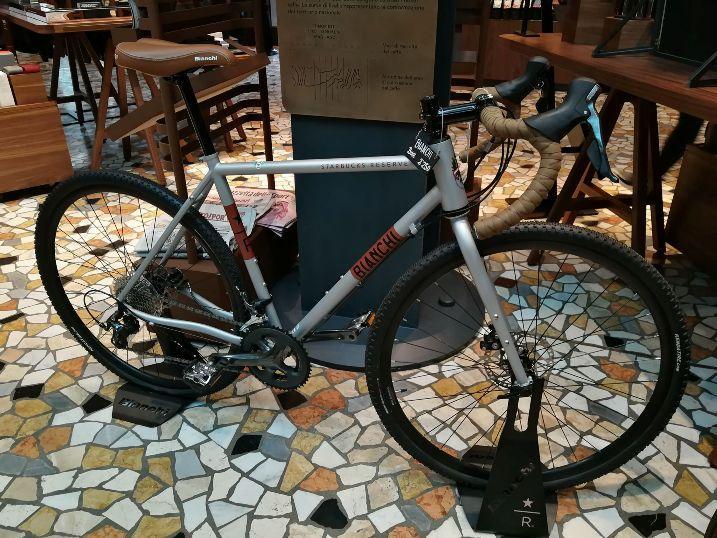 Gravel Bianchi Starbucks Milan.jpg