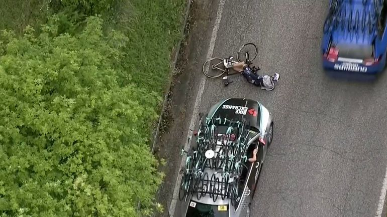 Pieter Serry renversé par une voiture Giro 2021.jpg